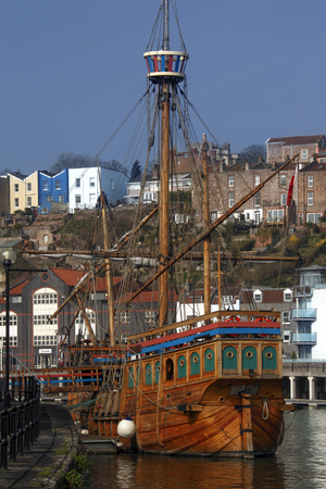 Replica galleon in the Floating Harbor in the city of Bristol in southwest England. Called the Floating Harbor as the water level remains constant and is not affected by the tide. 新聞圖片