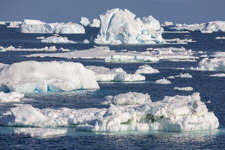 Glace de mer dans la mer de Weddell au large de la côte est de la péninsule antarctique en Antarctique.