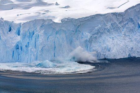Cienie lodowca Neko Harbour w zatoce Andvord na Półwyspie Antarktycznym na Antarktydzie.