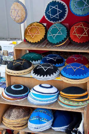 Yamaka for sale on a Krakow market in the Kazimierz district. A Yamaka is a small, round cap that Jewish men wear atop their heads. It symbolizes the humbling relationship between man and God. Stockfoto