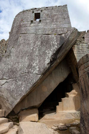 Entrance to a subterrainian temple in the Inca city of Machu Picchu in Peru, South America. Although known locally, the city was not known to the Spanish during the colonial period and was unknown to the outside world until American historian Hiram Bingham brought it to international attention in 1911. Foto de archivo