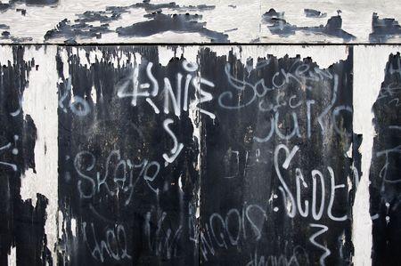 Porte da garage con peeling vernice e graffiti Archivio Fotografico