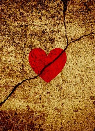 pared rota: Red de San Valent�n coraz�n en el fondo del grunge de oro