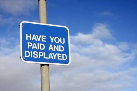 Pay and Display segno contro un cielo blu Archivio Fotografico