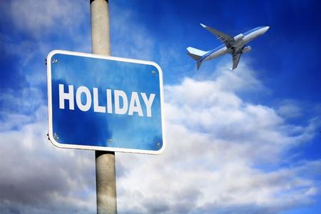 Vacanze segno e aereo contro un cielo blu