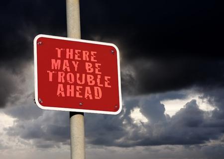 Guai in vista segno contro uno sfondo nuvola scura