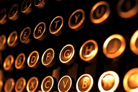 I tasti della macchina da scrivere d'epoca vicino, messa a fuoco selettiva