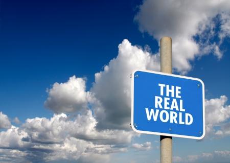 Il vero cartello mondo con cielo azzurro e nuvole