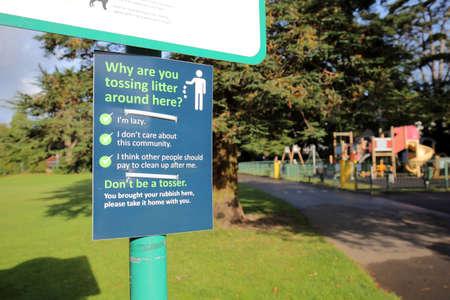 Funny don't litter sign in a public park Standard-Bild