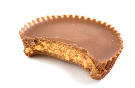 erdnuss: Eine Tasse Erdnussbutter auf wei�em Hintergrund