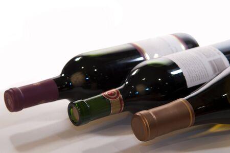 Closeup van drie wijn flessen onder een hoek van oblique