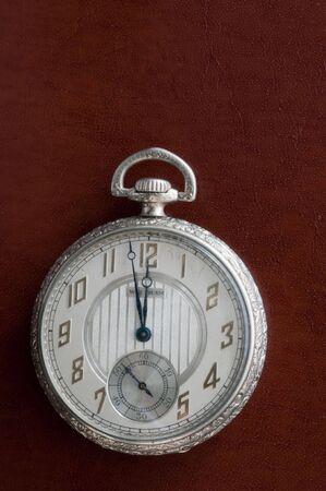 アンティーク懐中時計の革で休んで