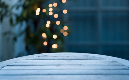 Horizontal background of soft focus bokeh holiday lights behind empty table, suitable for use in composites Banque d'images