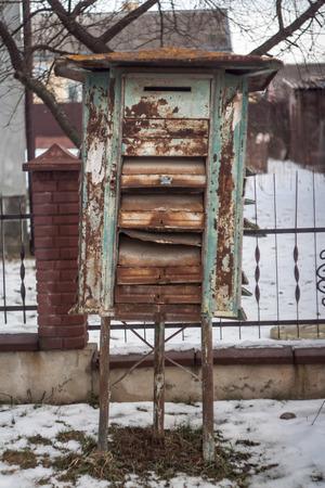 古いさびたメールボックス、路上で曇り、悪い天気。 写真素材