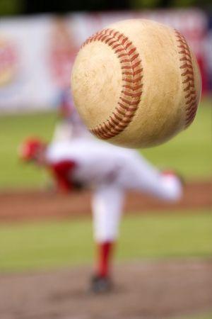 pelota beisbol: Un jugador de b�isbol de lanzamiento con giro sobre el bal�n. (Motion blur en la pelota)