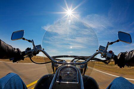 the rider: Biker godendo un giro in paese lato su una giornata di sole Archivio Fotografico