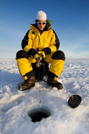 pecheur: Fisherman b�n�ficiant d'une journ�e sur la glace