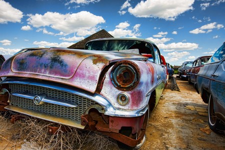 Old abandoned vintage cars rusting in a ghost town 版權商用圖片