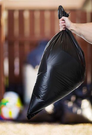 basura: Hombre sacar la basura en la parte trasera callej�n Foto de archivo