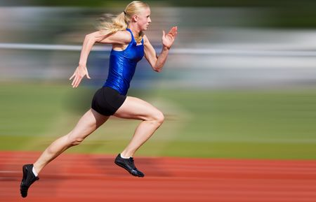 atleta: Young athlete running down the track with motion blur added