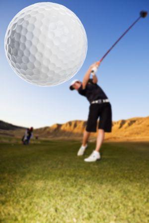 columpio: Un golfista de conducir el bal�n hacia abajo el foco de fairway en el bal�n Foto de archivo