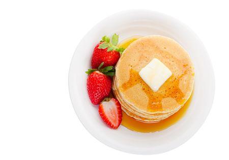 オーバーヘッドのビューでメープル シロップ イチゴとふわふわ黄金パンケーキの完全版