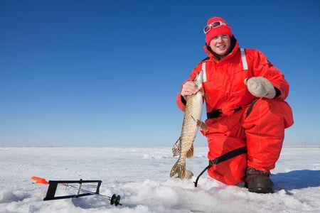 北パイクを手にする幸せな氷漁師巻き込まれる、チップ