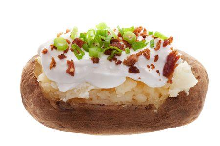 papas: Una papa asada con crema agria, tocino y cebollas verdes