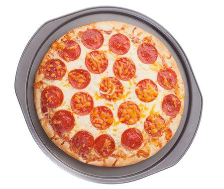 salame: pepperoni pizza in un vassoio di cottura su sfondo bianco  Archivio Fotografico