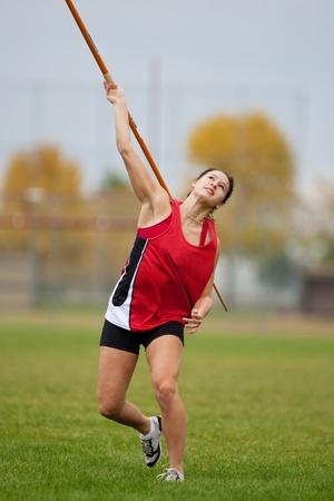 女性スポーツ選手のスポーツ イベントで、投げ槍を投げ 写真素材