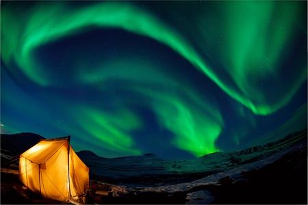 오로라: (오로라 보 리 얼리스) 오버 헤드 북부 조명 북쪽에서 캠핑 스톡 사진