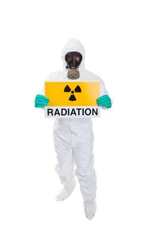 desechos toxicos: Un hombre con un traje de materiales peligrosos con un cartel