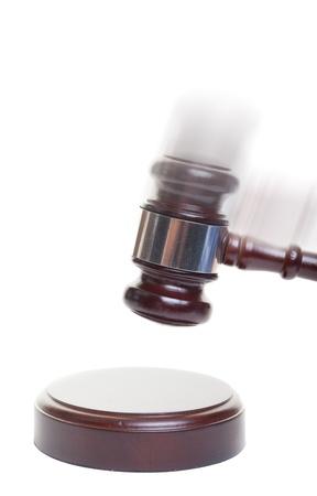 juge marteau: Un marteau frappant vers le bas sur un bloc avec motion blur ajout�e