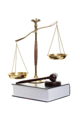 balanza de la justicia: Escalas de oro del libro de la justicia, mazo y la ley sobre un fondo blanco