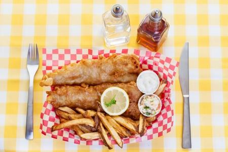 fish and chips: Una porción tradicional de pescado y patatas fritas Foto de archivo