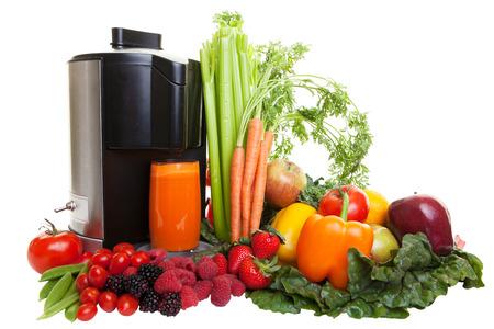 jugos: Un exprimidor rodeado de frutas y verduras, aislados en blanco sanos.