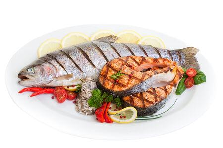 trucha: La parrilla de trucha y salmón filete con verduras y ostras. Foto de archivo