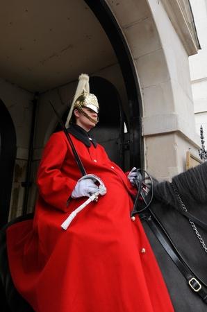 cavalryman: Londres, Inglaterra - 14 de julio de 2012: Un soldado de caballer�a montada de la Guardia Real que guarda la entrada al Horse Guards