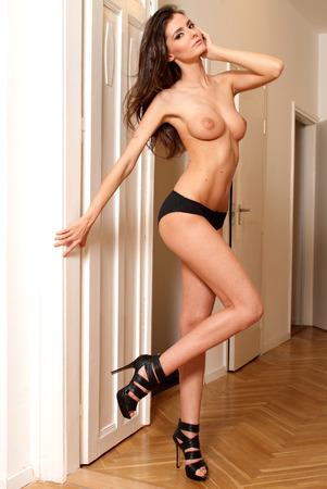 Сексуальная обнаженная топлесс фотомодель женщина, полная длина