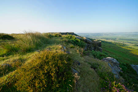 Early morning summer sunshine high on Baslow Edge in Derbyshire 版權商用圖片