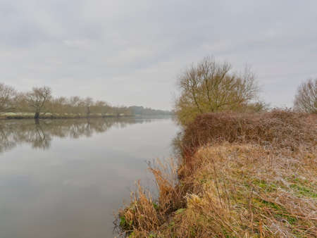 A winter day on the misty banks of a calm River Trent looking down stream Banque d'images