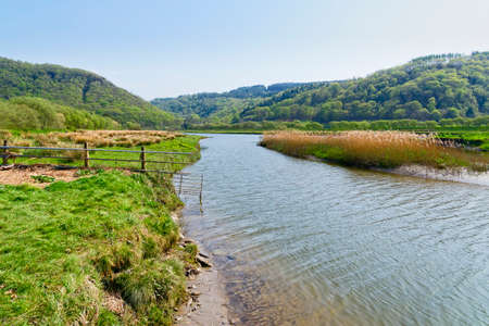 The clear, rippled water of the River Dwyryd flowing across meadows in Snowdonia National Park. Banque d'images