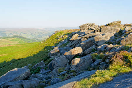 Along the slopes of Higger Tor, across Hathersage Moor on  hazy morning 版權商用圖片