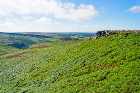 Over the bracken covered slopes of Higger Tor to the ancient Carl Wark hill fort in Derbyshire Banco de Imagens