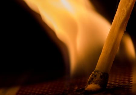 llamas de fuego: Macro foto de f�sforo encendido muestra la llama procedente del jefe del partido