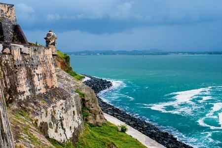 哨舎、エル モロの一部は、湾の san juan、距離で嵐の収集を見渡せます。古いサンファン、プエルトリコ。 写真素材 - 10225580