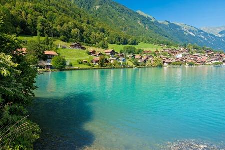 Blick über das türkisfarbene Wasser des Sees brienze dem Oberried Küstenlinie, Schweiz.