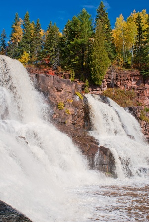 autumn colors and middle gooseberry falls, in gooseberry state park, minnesota. 版權商用圖片