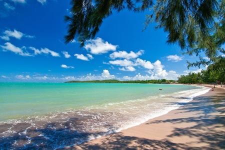 een traquil uitzicht, van de warme Atlantische wateren, op de noordoostelijke hoek van Puerto Rico, op zeven zeeën strand.