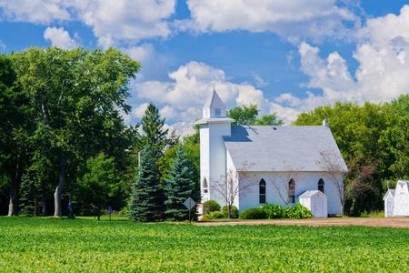 church steeple: una piccola chiesa bianca e terreni agricoli, nel Minnesota rurale. Archivio Fotografico
